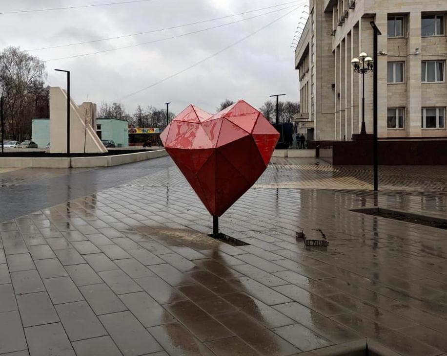 Арт-объект в форме сердца на улице города Люберцы