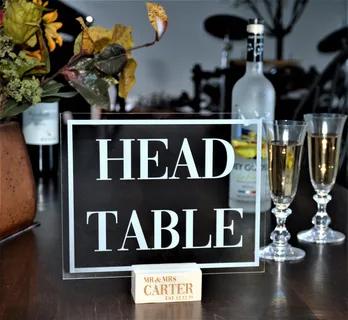 Настольная табличка с обозначением главного стола