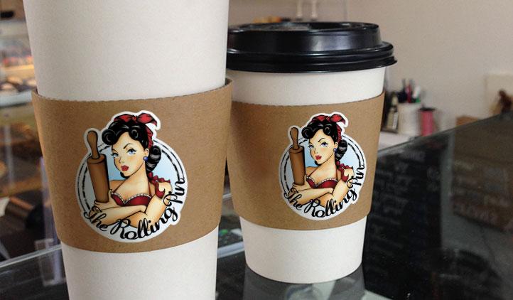 Одноразовые стаканы с кофе и наклейкой