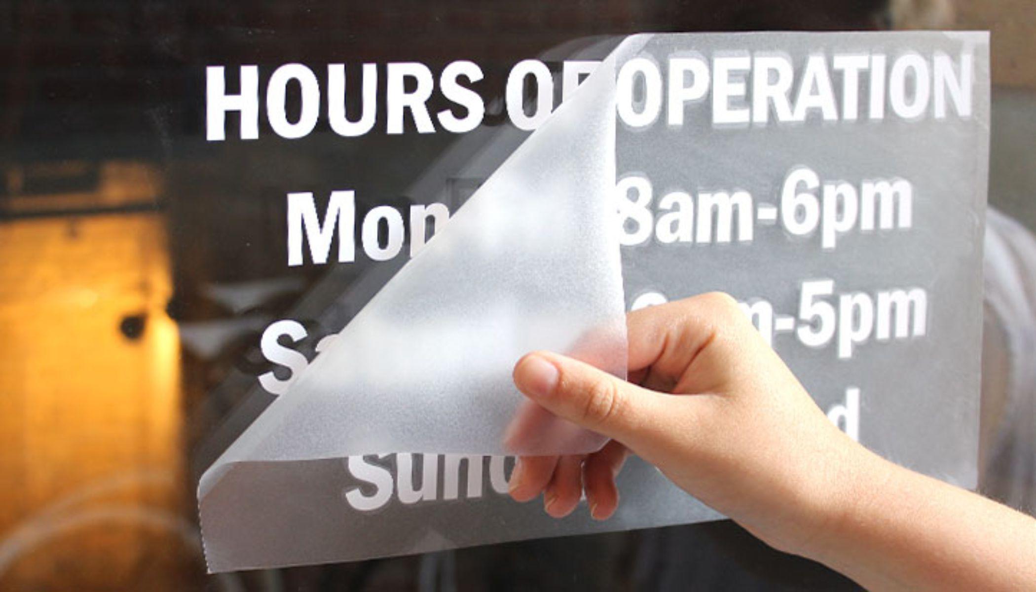 Нанесение наклейки на стекло с помощью монтажной пленки