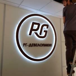 Объемный логотип в офисе с контражурной подсветкой