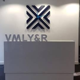 Объемный логотип с часовым механизмом и настольные объемные буквы