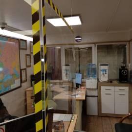 защитный короб из оргстекла в офис