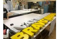 Изготовление и монтаж фасадной вывески с объемными световыми буквами Bravo