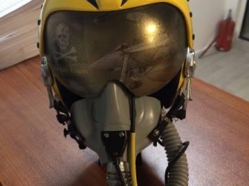 Использование виниловых пленок для оформления летного сувенирного шлема