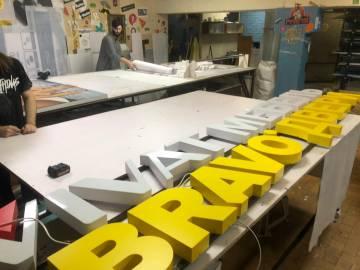 Изготовление и монтаж фасадной вывески Bravo
