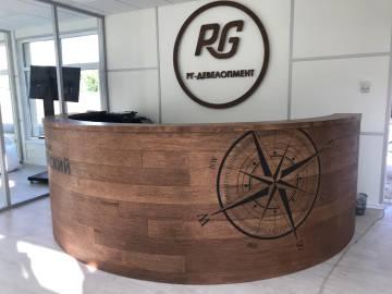 Изготовление стойки ресепшн и настенного логотипа для офиса продаж